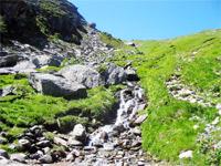 Klein Fluss in Französische Alpen